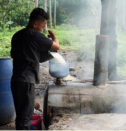 花蜜は収穫後時間が経過すると、どんどん発酵が進みます。ココナッツの花蜜からは2種類のお酒ができます。少し発酵させた後、蒸留したものが「ランバノグ」。花蜜をしっかり発酵させたものが「トゥバ」。トゥバがさらに発酵すると「ココナッツビネガー」と呼ばれるお酢ができます。